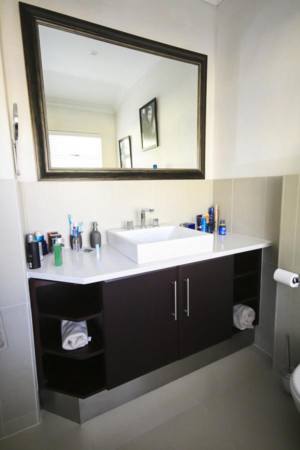 Chiếc gương lớn trong phòng tắm sẽ giúp không gian rộng hơn