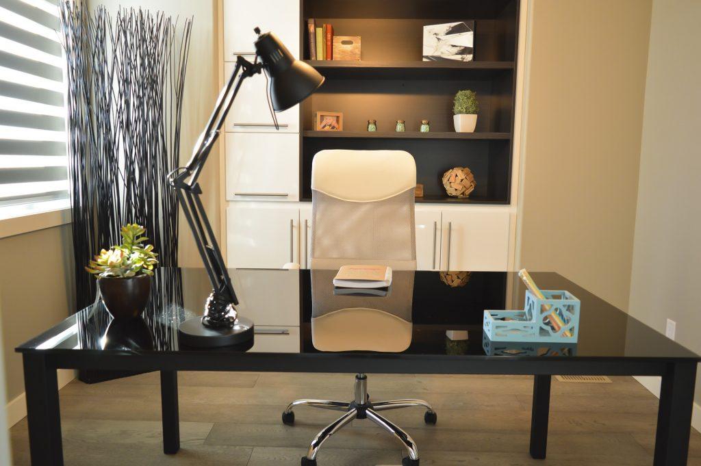 Văn phòng mở với bàn làm việc đơn giản